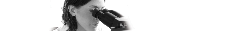 Cientista mulher a olhar no microscópio