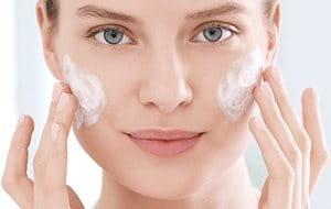 Reiniging is de eerste belangrijke stap bij het verzorgen van acne en rimpels