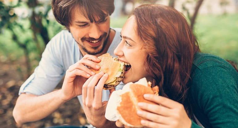 อาหารเป็นสาเหตุให้เกิดสิวได้หรือไม่